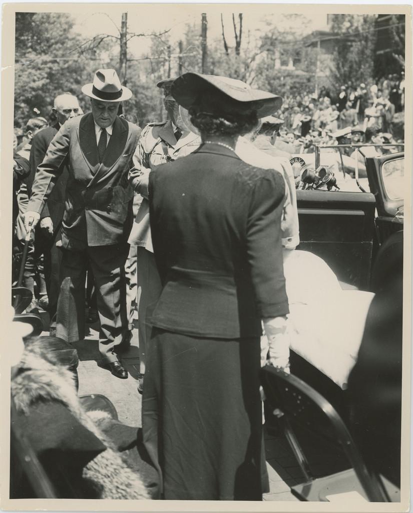 FDR-Walking-WilsonLibrary-Dedication-May04-1941